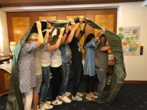 Das Anstifter Team in einer Zeltplane