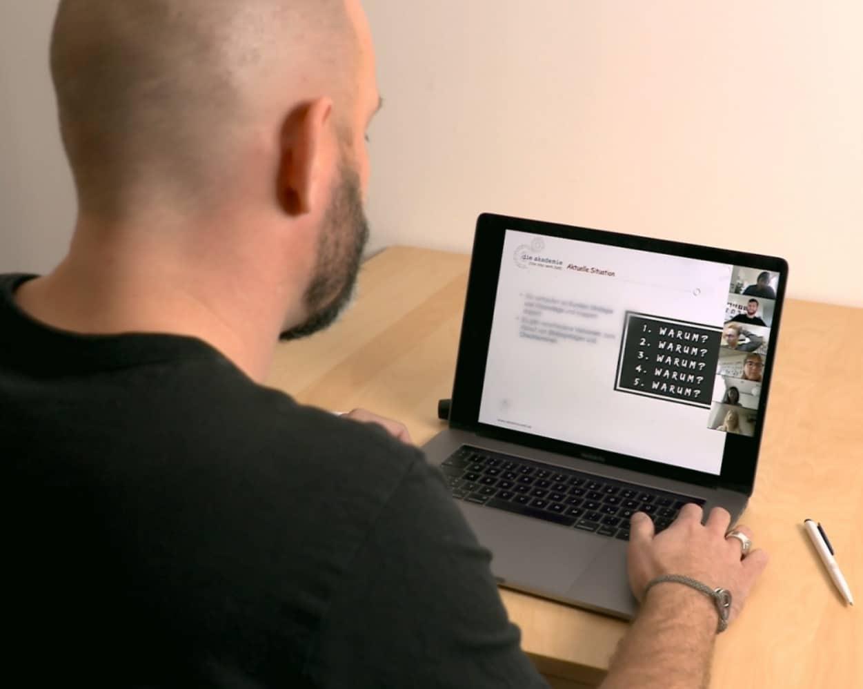 Alex im online Training mit unserem Team