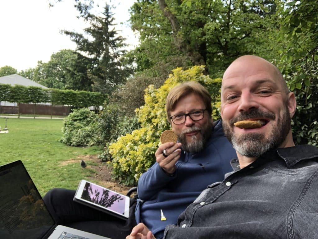 Alexander Schwarz und Frank Rehbein essen Kekse